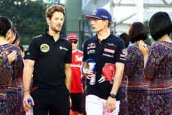 Romain Grosjean, Lotus F1 Team met Max Verstappen, Scuderia Toro Rosso op de rijdersparade