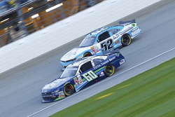 Chris Buescher, Roush Fenway Racing Ford ve Joey Gase, Jimmy Means Racing Chevrolet