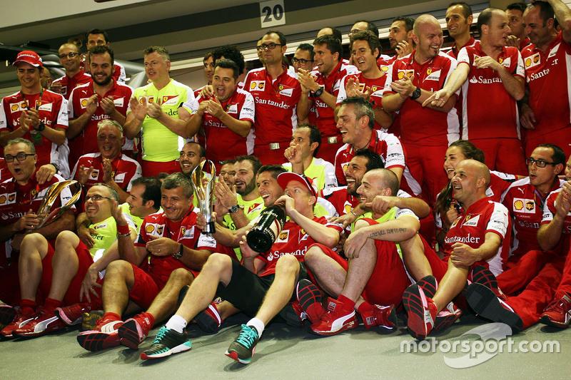 Kimi Räikkönen, Ferrari, feiert Platz drei mit dem Team
