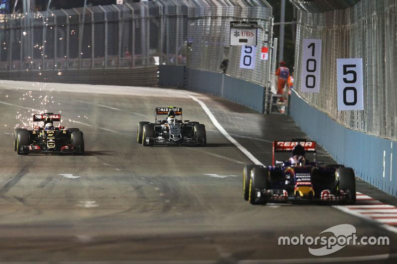 Макс Ферстаппен, Scuderia Toro Rosso STR10 лідирує Ромен Грожан, Lotus F1 E23 та Серхіо Перес, Saha