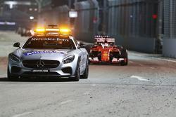 Себастьян Феттель, Ferrari SF15-T едет за автомобилем безопасности