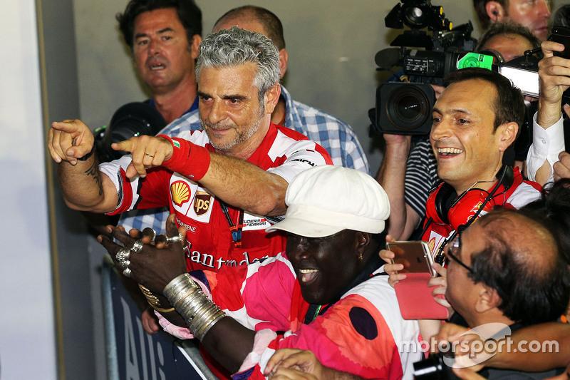 Maurizio Arrivabene, Ferrari Takım Patronu kapalı parkta