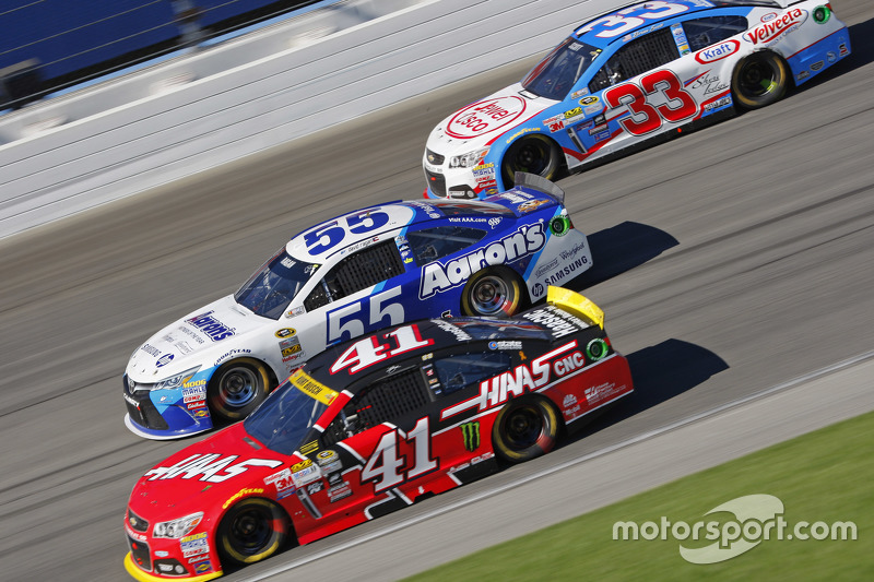 Kurt Busch, Stewart-Haas Racing Chevrolet; David Ragan, Michael Waltrip Racing Toyota; Brian Scott,