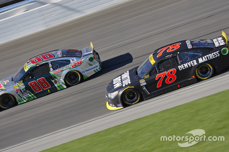 Martin Truex Jr., Furniture Row Racing Chevrolet y Dale Earnhardt Jr., Hendrick Motorsports Chevrole