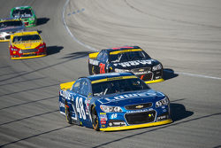 Джіммі Джонсон, Hendrick Motorsports Chevrolet та Мартін Труекс мол., Furniture Row Racing Chevrolet