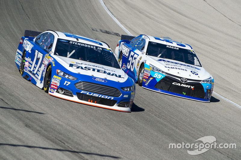 Ricky Stenhouse Jr., Roush Fenway Racing Ford and David Ragan, Michael Waltrip Racing Toyota