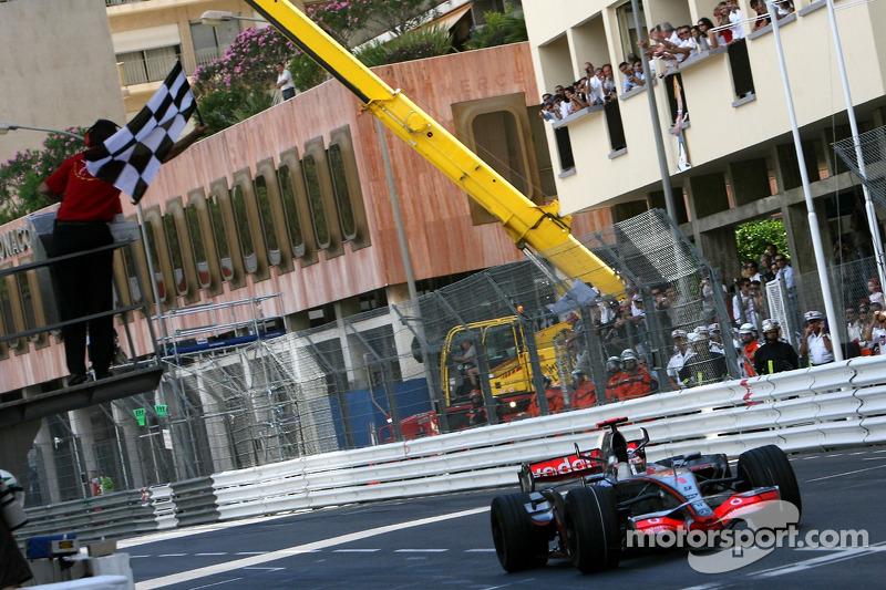 2007: Ganador de la carrera Fernando Alonso (McLaren Mercedes, MP4-22)