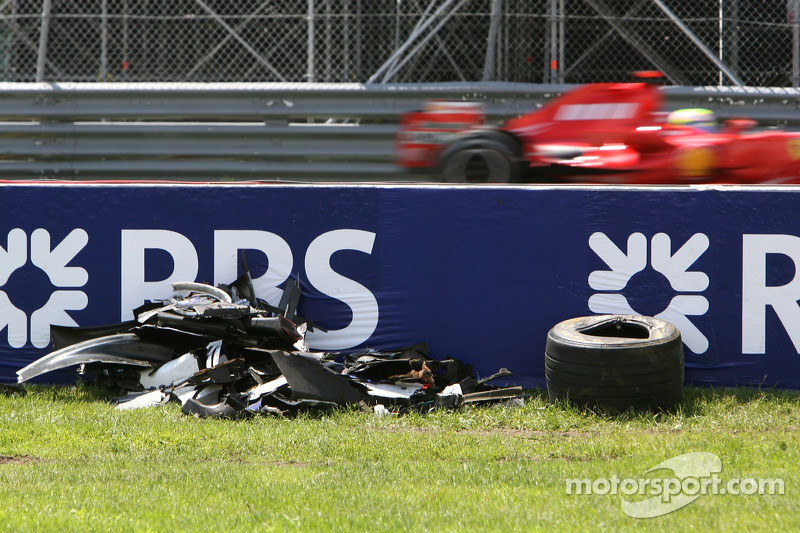 Felipe Massa, Scuderia Ferrari, F2007, passes the wreckage of Robert Kubica, BMW Sauber F1 Team, F1.07, crash