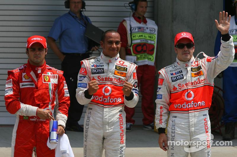 Felipe Massa, Scuderia Ferrari con Lewis Hamilton, McLaren Mercedes ganador de la pole position y Fernando Alonso, McLaren Mercedes