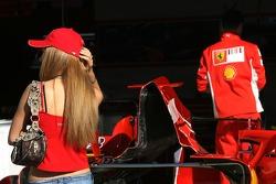 Jolie jeune femme dans les stands Ferrari