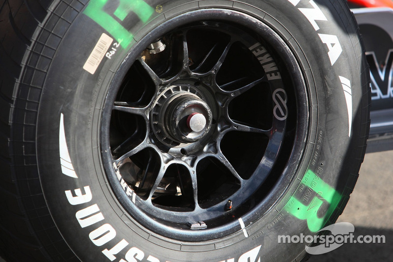 Переднє право колесо McLaren Mercedes, MP4-22