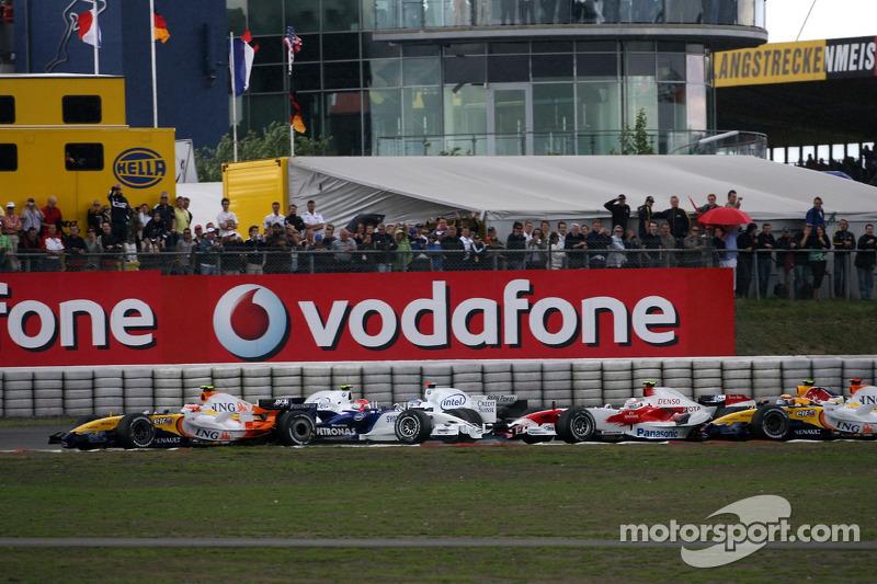 Crash: Nick Heidfeld, BMW Sauber F1 Team F1.07; Robert Kubica, BMW Sauber F1 Team F1.07