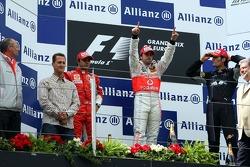 Podium: 1. Fernando Alonso, McLaren; 2. Felipe Massa, Ferrari; 3. Mark Webber, Red Bull Racing, mit