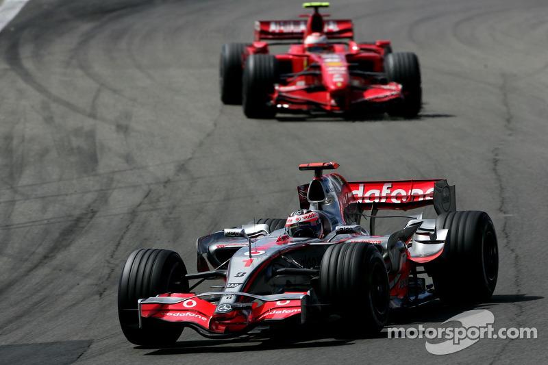 Fernando Alonso, McLaren MP4-22; Kimi Raikkonen, Ferrari F2007