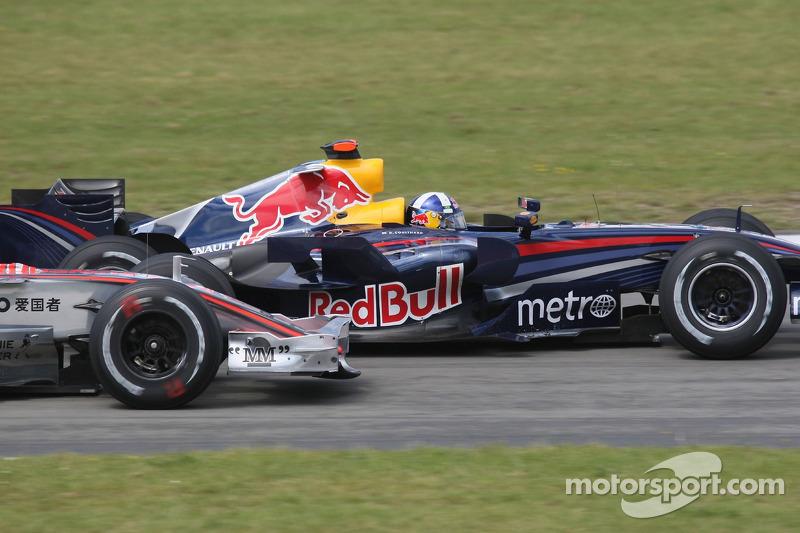 Lewis Hamilton, McLaren Mercedes y David Coulthard, Red Bull Racing antes de la entrada del pit lane, en la última curva