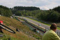 A fan watches #1 Vitaphone Racing Team Maserati MC 12 GT1: Eric van de Poele, Michael Bartels, Thoma