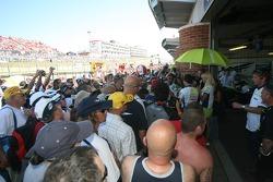 Les fans de James Toseland dans la foule de la voie des stands