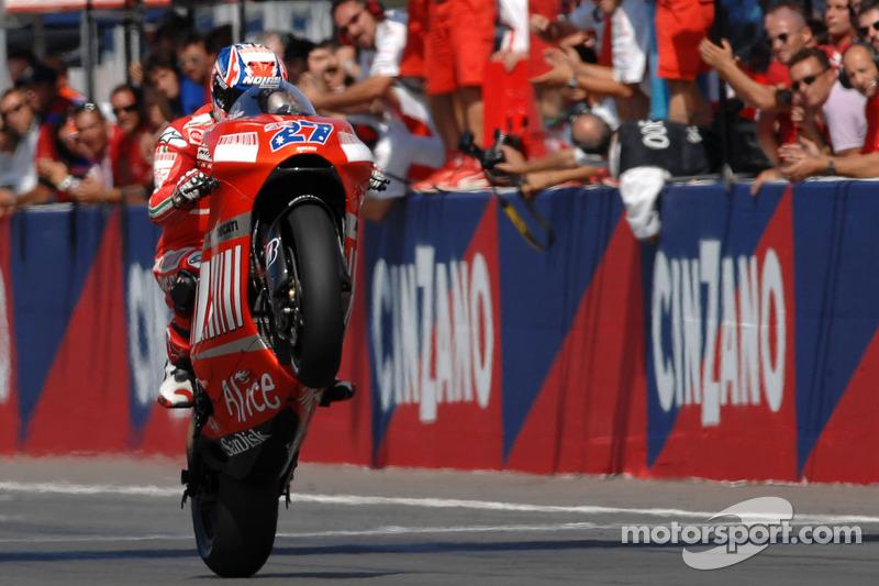 MOTO GP GRAND PRIX D'ITALIE DE MISANO 2018 Motogp-san-marino-gp-2007-casey-stoner-takes-the-checkered-flag