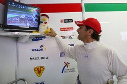 Alex Zanardi, BMW Team Italy-Spain, BMW 320si WTCC pose sa mascotte sur la TV