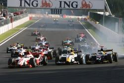 Start, Nicolas Lapierre, DAMS leads Lucas Di Grassi, ART Grand Prix and Luca Filippi, Super Nova Racing