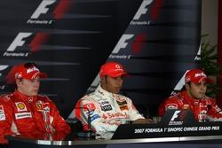 Ganador de la pole Lewis Hamilton, McLaren Mercedes; segundo puesto Kimi Raikkonen, Scuderia Ferrari, y tercer puesto Felipe Massa, Scuderia Ferrari