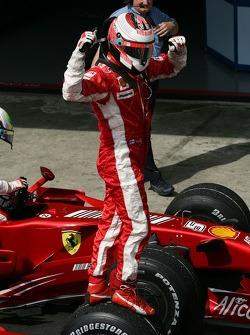 La joie du vainqueur et Champion du Monde 2007 Kimi Raikkonen