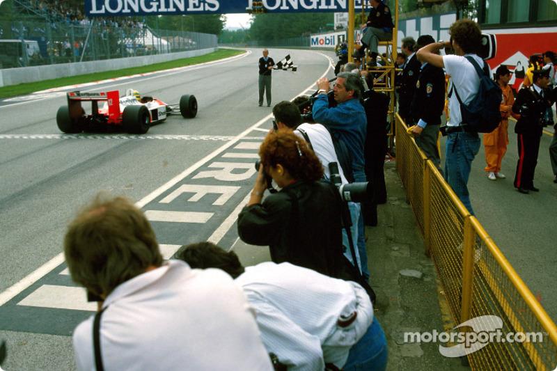 Ayrton Senna se lleva la bandera a cuadros