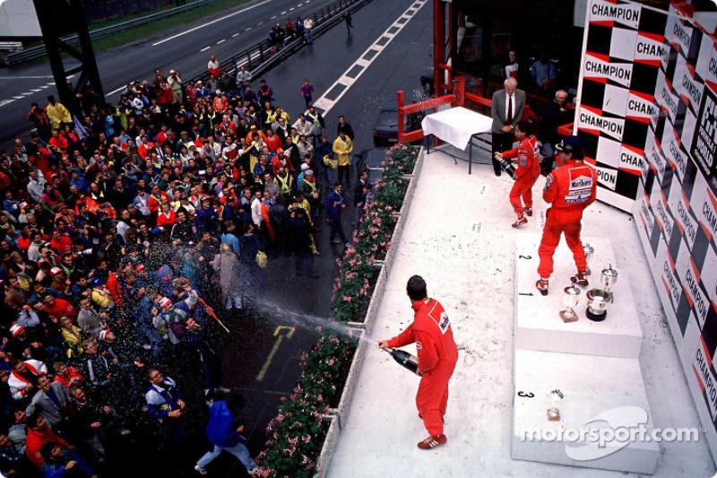 Podium: El ganador de la carrera, Ayrton Senna con Alain Prost y Nigel Mansell