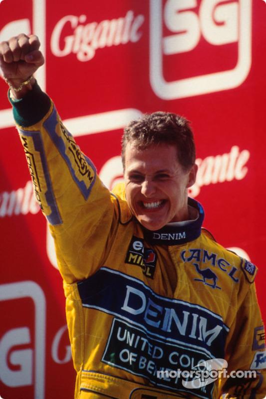 Podio: ganador de la carrera Michael Schumacher celebra