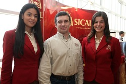 Team Sical Challenge: Rodrigo Amaral with hostesses