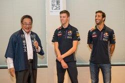 Daniel Ricciardo, Red Bull Racing y Daniil Kvyat, Red Bull Racing con Eiichi Ishigaki, Vice-Gobernador de la Prefectura de Mie