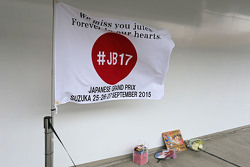 Hommage an Jules Bianchi in der Boxengasse