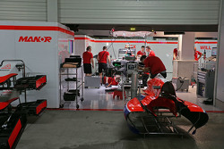 Гараж Manor Marussia F1 Team ночью