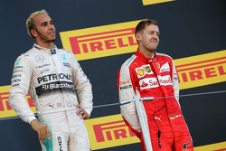 Il vincitore della gara Lewis Hamilton, Mercedes AMG F1 Team and third place Sebastian Vettel, Ferrari
