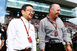 Takahiro Hachigo, Honda CEO e Ron Dennis, Direttore Esecutivo McLaren sulla griglia