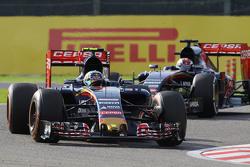 Carlos Sainz Jr., Scuderia Toro Rosso STR10, vor Teamkollege Max Verstappen, Scuderia Toro Rosso STR