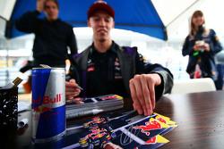 Даниил Квят, Red Bull Racing раздает автографы