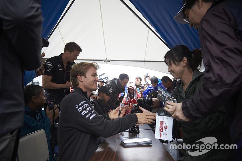 Ніко Росберг, Mercedes AMG F1 Team підписує автографи фанатам