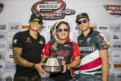 Irwin Vences, Rafael Vallina y Luis Felipe Montaño con el trofeo de la carrera