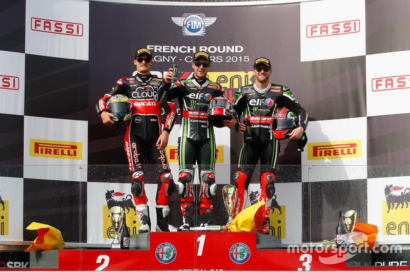 Podium 1. Rennen: 2. Chaz Davies, Ducati Team; 1. Jonathan Rea, Kawasaki; 3. Tom Sykes, Kawasaki