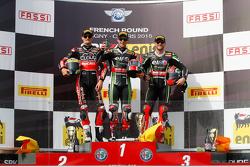Podio gara 1: il secondo Chaz Davies, Ducati Team, il vincitore Jonathan Rea, Kawasaki, e il terzo Tom Sykes, Kawasaki