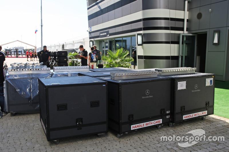 Mercedes AMG F1 вантаж в паддок