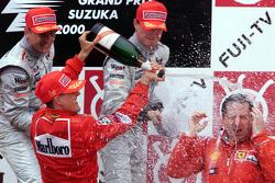 Podium: 1. und Weltmeister 2000: Michael Schumacher, Ferrari; 2. Mika Häkkinen, McLaren; 3. David Coulthard, McLaren, und Ferrari-Teamchef Jean Todt
