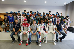 Les pilotes avec des jeunes fans