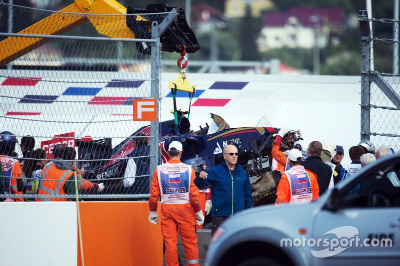Der Toro Rosso von Carlos Sainz wird geborgen