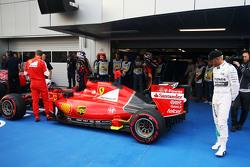 Льюис Хэмилтон, Mercedes AMG F1 W06 смотрит на Ferrari SF15-T Себастьяна Феттеля, Ferrari в закрытом