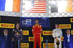 Podio: ganador de la carrera Alexander Rossi, Racing Engineering, segundo lugar Pierre Gasly, DAMS