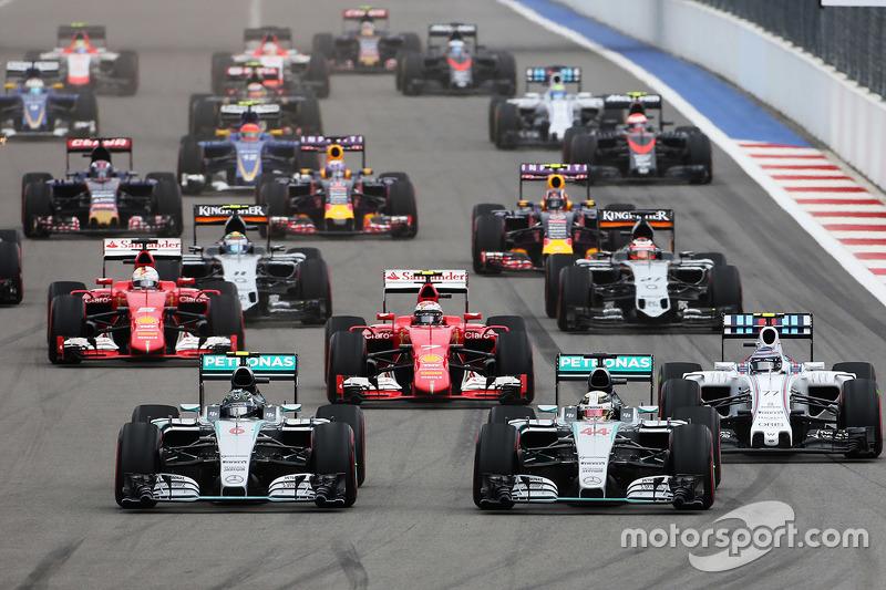 Inicio: Nico Rosberg, Mercedes AMG F1 lidera a su compañero de equipo Lewis Hamilton, Mercedes AMG F1