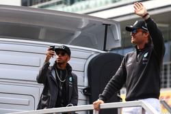 Lewis Hamilton, Mercedes AMG F1 avec Nico Rosberg, Mercedes AMG F1 lors de la parade des pilotes
