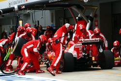 Kimi Raikkonen, Ferrari SF15-T fa un pit stop